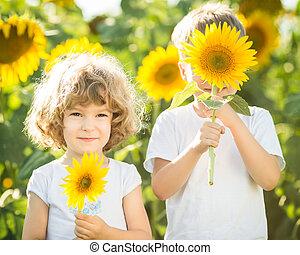 vrolijke , zonnebloemen, spelende kinderen
