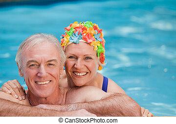 vrolijke , zwemmen, paar, middelbare leeftijd