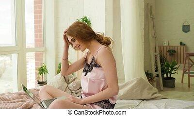 vrouw, bedroom., werkende , draagbare computer, jonge, bed, laptop., computer, vrouwlijk, gebruik, model, zijaanzicht