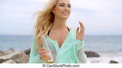 vrouw, blonde , bier fles, vasthouden, strand