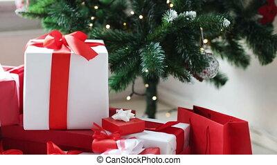 vrouw, boompje, het putten, onder, kerstkado