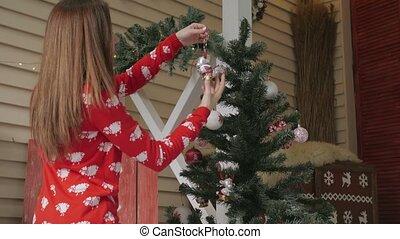 vrouw, boompje, jonge, gelul, huis het verfraaien, kerstmis, rood