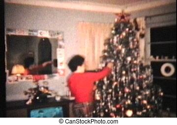 vrouw, boompje, kerstmis, haar, bewonderen