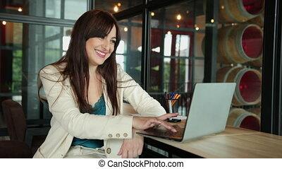 vrouw, de manager van het bureau, werkplaats, voorkant, jonge, coworking, zittende , draagbare computer