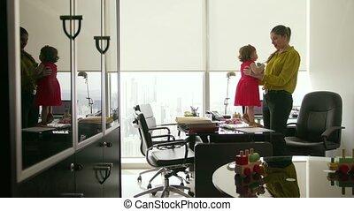 vrouw, dochter, kantoor, zakelijk, directeur, 4, spelend