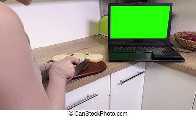 vrouw, draagbare computer, hamburger, groene, vervaardiging, scherm, keuken
