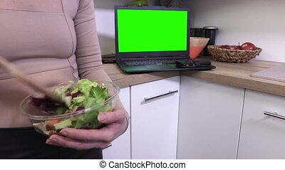 vrouw, draagbare computer, kom, op, pc, groene, vermenging, afsluiten, salades, scherm