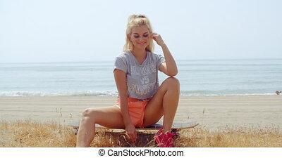 vrouw, grassig, haar, zittende , skateboard, grond