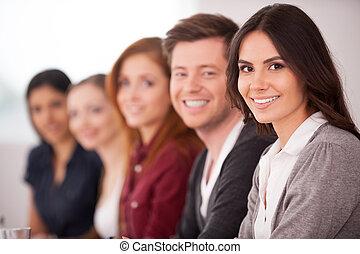 vrouw, haar, zittende , fototoestel, mensen, jonge, seminar., terwijl, anderen, aantrekkelijk, achter, het glimlachen, roeien