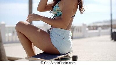 vrouw, haar, zittende , skateboard, jonge, wachten