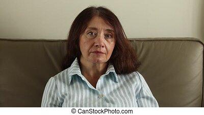 vrouw, haar, zittende , sofa, verticaal, senior