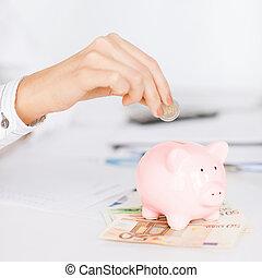 vrouw, hand, het putten, piggy, kleine, geldstuk bank