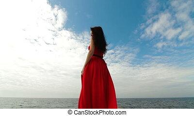vrouw het lopen, dons, rode jurk