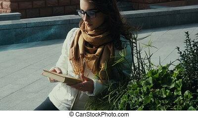 vrouw, jonge, brunette, lezende , cutie, boek, bril