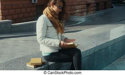 vrouw, jonge, brunette, lezende , mooi en gracieus, boek