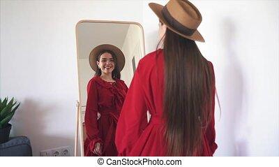 vrouw, jonge, slijtage, spiegel, voorkant, nieuw, het proberen, jurkje, vrolijke