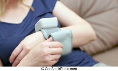 vrouw, maatregelen, druk, tonometer., bloed, close-up., thuis, zichzelf