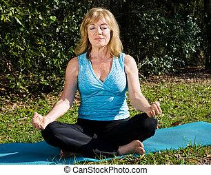 vrouw, meditatie, middelbare leeftijd