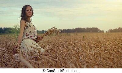 vrouw meisje, ondergaande zon , wandelende, aandoenlijk, koren, slowmotion., jonge, field., 1920x1080, oor, romantische, hd, akker, tarwe, hand, mooi