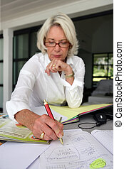 vrouw, middelbare leeftijd , schrijvende
