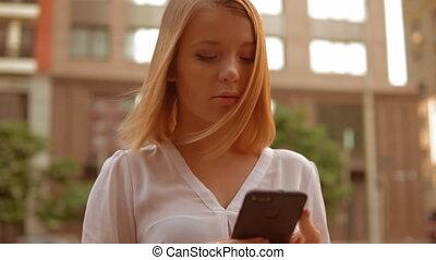 vrouw, mobiele telefoon, kaukasisch, buitenshuis, gebruik