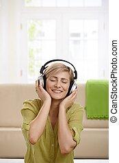 vrouw, muziek luisteren, vrolijke