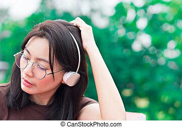 vrouw, natuur, achtergrond., muziek luisteren, verticaal