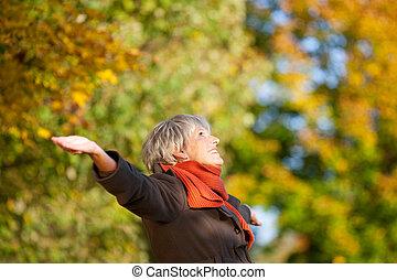 vrouw, natuur, park, senior, het genieten van, vrolijke