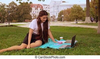 vrouw, online, kletsende, buitenshuis