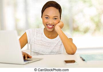 vrouw ontspannend, jonge, amerikaan, afrikaan, thuis