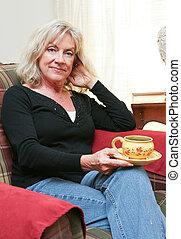 vrouw ontspannend, middelbare leeftijd , thuis