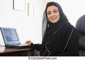vrouw, oostelijk, zittende , middelbare , computer, voorkant, thuis
