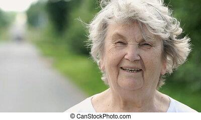 vrouw, oud, middelbare leeftijd , buitenshuis, verticaal, het glimlachen