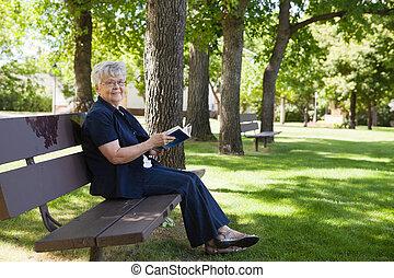 vrouw, park, boek, lezende
