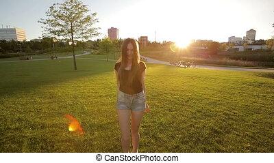 vrouw, park, vrolijk, ondergaande zon , plezier, hebben