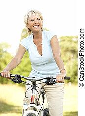 vrouw, platteland, middelbare leeftijd , verticaal, paardrijden, cyclus