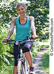 vrouw, platteland, rijden, middelbare leeftijd , verticaal, cyclus