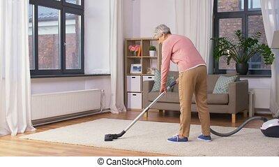 vrouw, poetsen, reinigingsmachine, thuis, senior, vacuüm