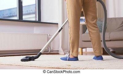 vrouw, poetsen, senior, vacuüm, thuis, reinigingsmachine