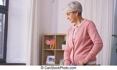 vrouw, senior, thuis, reinigingsmachine, poetsen, vacuüm