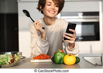 vrouw, smartphone, beeld, brunette, gebruik, het glimlachen