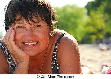 vrouw, strand, middelbare leeftijd