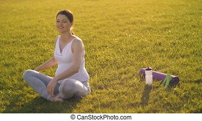 vrouw stretching, zwangere