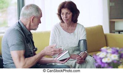 vrouw, thuis, gezondheid bezoeker, visit., gedurende, senior