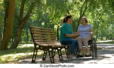 vrouw, wheelchair, invalide, klesten, buitenshuis, senior, caregiver