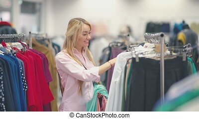vrouw winkelen, bevestigingslijst, nakomeling kijkend, aantrekkelijk, store., kleding, kleren