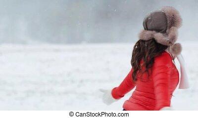 vrouw, winter, buitenshuis, plezier, hebben, vrolijke