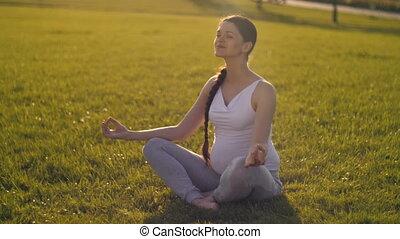 vrouw, yoga, zwangere