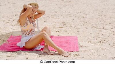vrouw, zet op het strand mat, sensueel, zittende