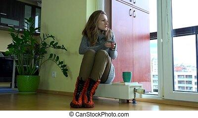 vrouw zitten, bevroren, seizoen, radiator., bezorgd, wachten, start., het verwarmen